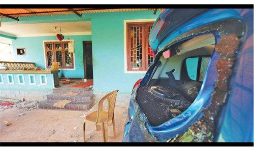 കാസര്കോഡ് കൊലപാതകം:    പ്രതി പീതാംബരന്റെ വീട് അടിച്ചു തകര്ത്തു