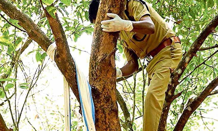 മൃതദേഹം താഴെയിറക്കാന് 5000 രൂപ ആവശ്യപ്പെട്ടു: എസ്ഐ മരത്തില് കയറി മൃതദേഹം താഴെയിറക്കി
