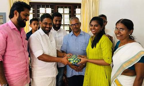 സിവില് സര്വീസ് പരീക്ഷയില് 29ാം റാങ്ക് നേടിയ ശ്രീലക്ഷ്മിക്ക് ഉപഹാരവുമായി വി എം ഫൈസല്