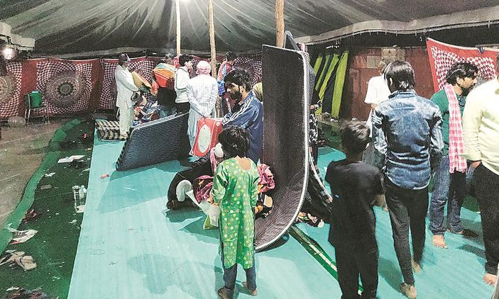 ഡല്ഹി കലാപത്തിലെ ഇരകള് കഴിയുന്ന മുസ്തഫാബാദിലെ ഈദ് ഗാഹ് ക്യാംപില് മഴ പെയ്തതിനെ തുടര്ന്ന് വെള്ളം കയറിയപ്പോള്