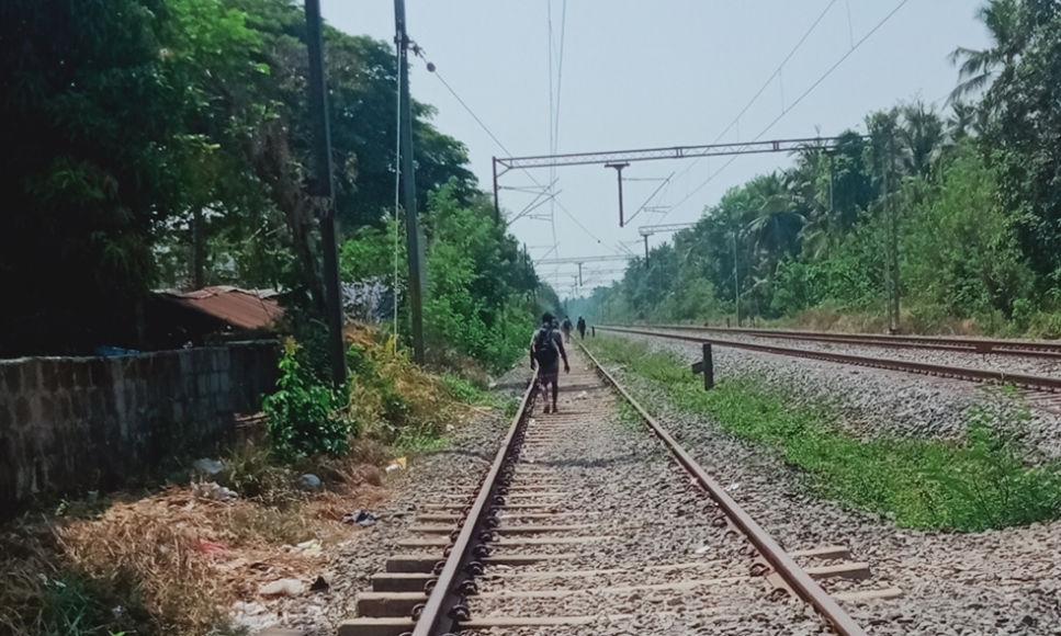 ലോക്ക് ഡൗണ്: കണ്ണൂരില് നിന്ന് തമിഴ്നാട്ടിലേക്ക് റെയില്വേ ട്രാക്കിലൂടെ കാല്നട യാത്ര