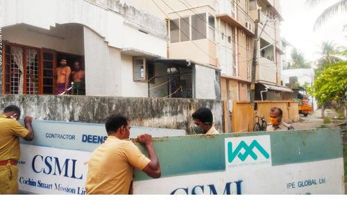 എറണാകുളത്ത് കൊവിഡ് ബാധിച്ച് മരിച്ചയാള് താമസിച്ചിരുന്ന ഫ്ളാറ്റ് സ്ഥിതി ചെയ്യുന്ന റോഡ് പോലിസ് അടച്ചു