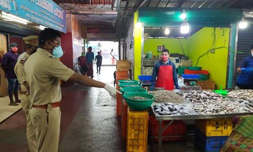 കൊവിഡ്: ലോക് ഡൗണ് മാനദണ്ഡങ്ങള് ലംഘിക്കുന്ന കടകളുടെ ലൈസന്സ് റദ്ദ് ചെയ്യും