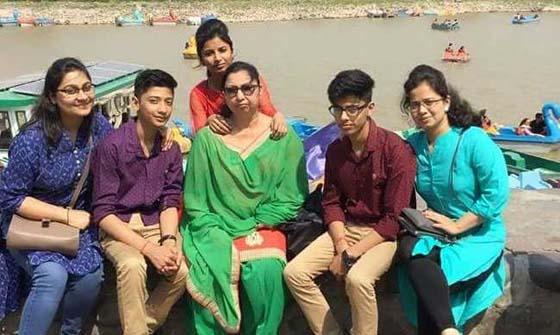 വെള്ളം നീലനിറമാവുമ്പോള് രക്ഷകനെത്തുമെന്ന് ഡല്ഹിയിലെ ആ കുടുംബം കരുതിയിരുന്നു